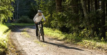 en dame som sykler